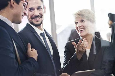 Klientinnen und Klienten in der Beratung tauschen sich aus