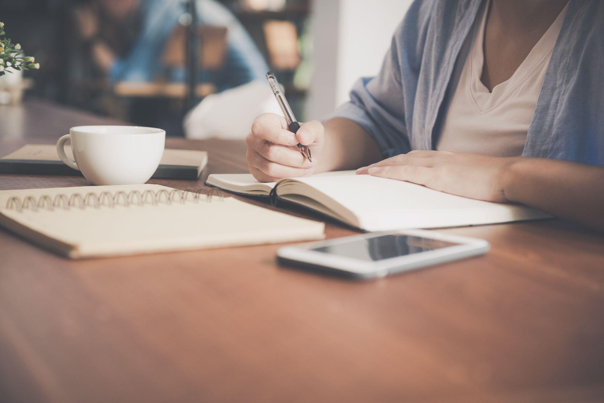 E-Learning in einem Café: ortsungebundenes & flexibles Lernen mit Tablet