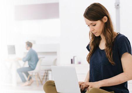 Eine junge Frau nimmt an einem online Workshop im Rahmen ihres Outplacement teil.