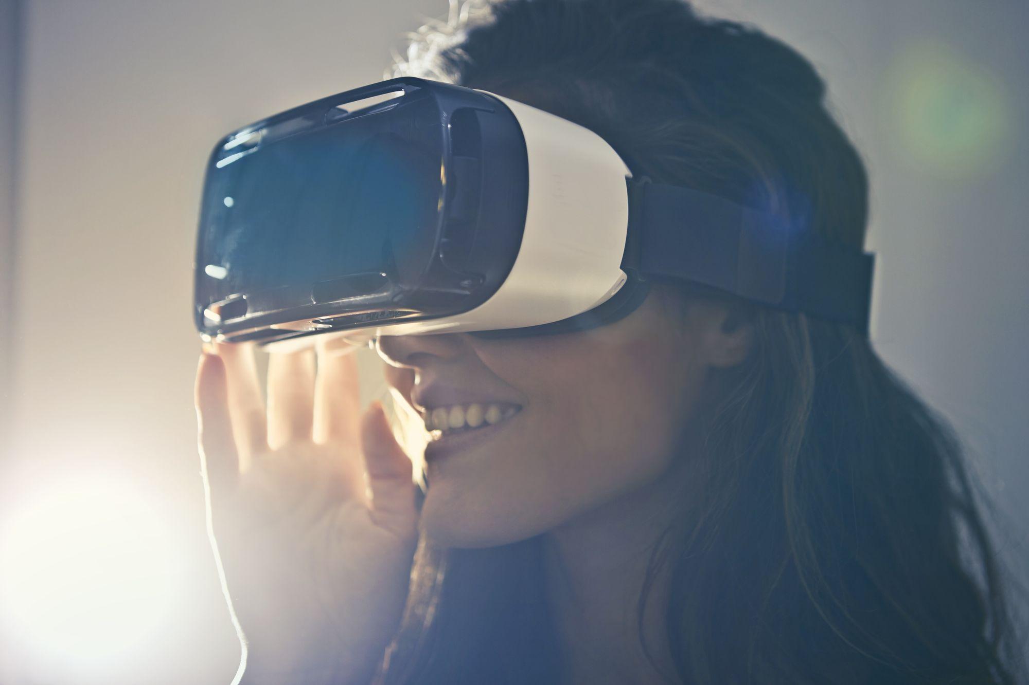 Frau mit VR Brille: VR Brillen sind der Trend auf Jobmessen