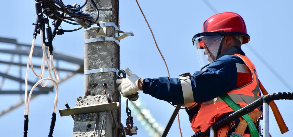 Der Mitarbeiter ist Angestellter bei einem Erdgasunternehmen. Er arbeitet an einer Leitung und ist vom Personalumbau der Firma betroffen.