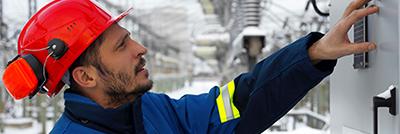 Ein Arbeitnehmer des Erdgasunternehmens, das in der Restrukturierung steckt, arbeitet an einer Maschine