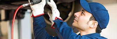 Ein Arbeitnehmer des Automobilzulieferers, der vom Personalabbau betroffen ist..