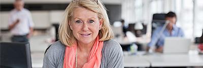 Eine Mitarbeiterin des Versicherers ist optimistisch trotz Jobverlust durch eine Placement-Beratung schnell einen neuen Job zu finden.