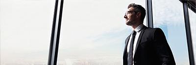 Bank-Mitarbeiter denkt über seine berufliche Neuorientierung nach