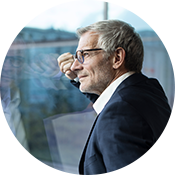 Ein Klient orientiert sich in der Outplacement-Beratung bei von Rundstedt berufliche neu.