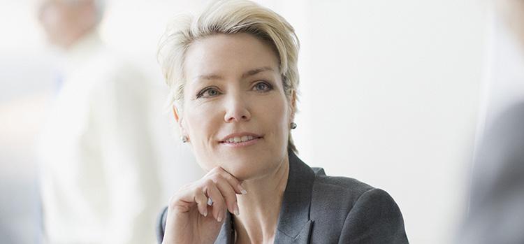 Eine Frau stützt ihr Kinn auf. Von Rundstedt macht Sie mit Beratung fit für Vorstellungsgespräche und für die nächste Stufe Ihrer Karriere.