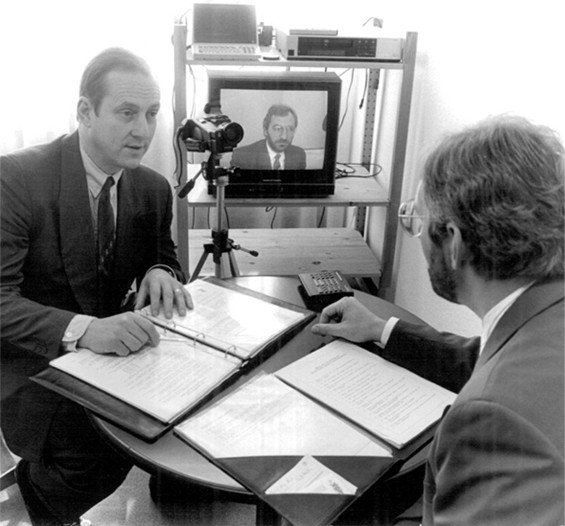 Zwei Männer im Karrierecoaching – Karriereberatung im Jahr 1985.