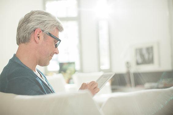 Ein Mann sucht online nach einer neuen beruflichen Perspektive.