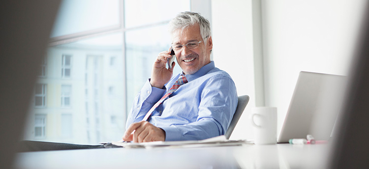 Mann telefoniert, um Mitarbeiter zu Veränderungen zu mobiliseren
