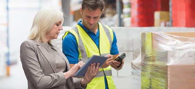 Mitarbeiter in der Logistik reden über Jobvermittlung