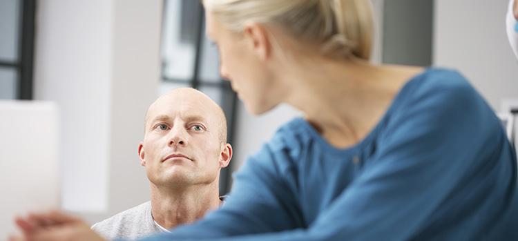 Mitarbeiter unterhalten sich über Einsatz in anderen Unternehmensbereichen