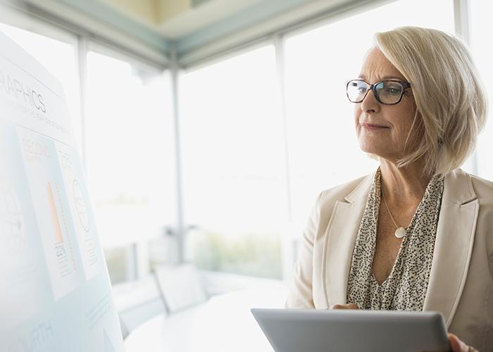 Personalerin analysiert Möglichkeiten zur Qualifizierung der Arbeitnehmer