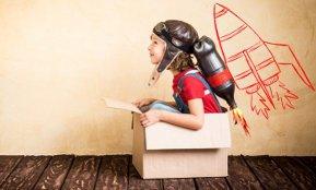 Ein Kind in einem Pappkarton spielt Raumfahrer – unsere Karriereberater helfen auch Ihnen, Denkfehler bei der Jobsuche zu vermeiden