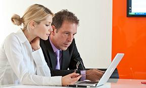 Zwei Mitarbeiter testen ihre Beschäftsigungsfähigkeit mithilfe der Checkliste online