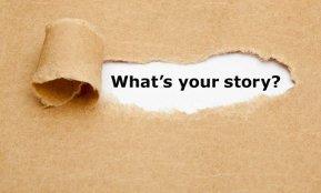 Ein Riss in einem Stück Papier zeigt die Worte: What's your Story? Tipps, wie man sich auf die eigene Kurzvorstellung vorbereitet, nach einem Outplacement zum Beispiel