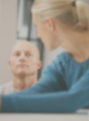 Wie einen neuen Job finden? Ein Paar unterhält sich über Karriere Beratung