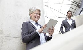 Eine Frau blickt in einen Stapel Papiere – sie muss den richtigen Outplacement Berater finden. Von Rundstedt hilft dabei.