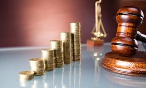 Ein Foto zeigt Münzen – in dem Artikel geht es darum, wie Arbeitgeber langwierige Kündigungsschutzprozesse beim Personalabbau vermeiden