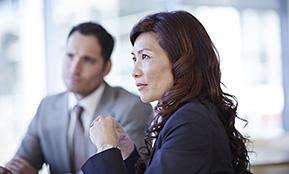 Zwei Mitarbeiter im Büro unterhalten sich über Trennungsmanagement – hier geht es zum Leitfaden zur Planung einer Trennungsmaßnahme