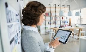 Eine Kollegin der Personalabteilung berechnet die Höhe der Abfindungen beim Personalabbau
