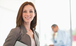 Foto einer lächelnden Frau – berufliche Umbrüche können auch Chancen sein, sagt der Transfergesellschaft Anbieter von Rundstedt