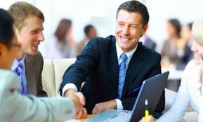 Zwei Personen geben sich die Hand, sie haben sich beim Thema Personalabbau geeinigt