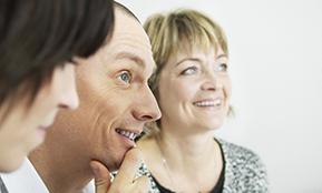 Drei Menschen im Gespräch – sie reden darüber, wie sie den richtigen Anbieter einer Transfergesellschaft finden