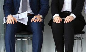 Zwei Manager sitzen nebeneinander – hier schreiben die Karriere Berater von Rundstedt über erfolgreiches Karrieremanagement