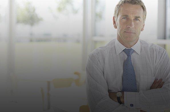 Ein Mann mit Krawatte im Büro – Hier geht es zu einem Text, der beschreibt, wie Mobilisierung bei der Change Management Restrukturierung helfen kann