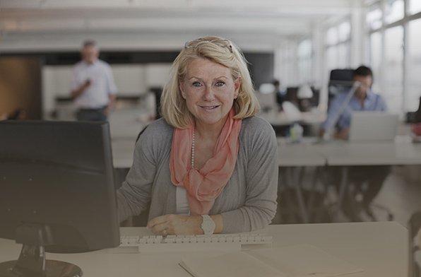 Mitarbeiterin im Großraumbüro - Der Von-Rundstedt-Leitfaden über die Rolle des Betriebsrates beim fairen Personalabbau