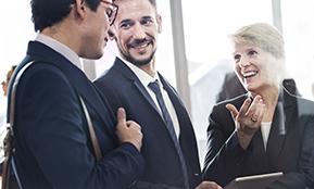 Kollegen im Büro unterhalten sich – dieser Text erklärt, was Redeployment bedeutet