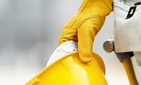Das Bild eines Bauarbeiters begleitet einen Text zum Thema Change Management Restrukturierung – Veränderungen können Arbeitsplätze erhalten
