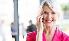 Eine Bewerberin aktiviert ihr Kontaktnetz für die Jobsuche